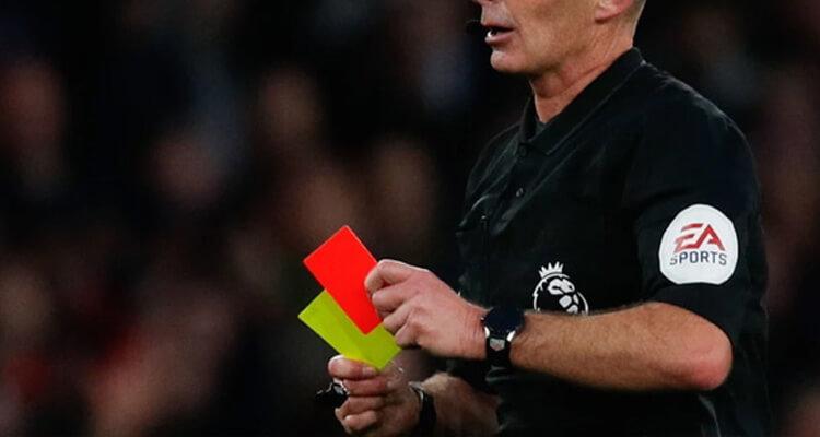 trọng tài cầm thẻ đỏ và thẻ vàng