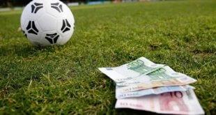 trái bóng và tờ tiền trên sân